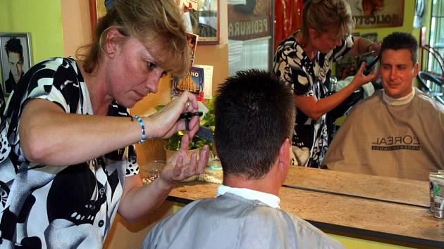 Kadeřnice ze salonu na brněnském Mendlově náměstí stříhají zákazníky osmým rokem.