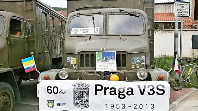 Pavel Kadlec se letos rozhodl společně s několika kamarády uspořádat vzpomínkovou jízdu na počest nákladního auta Praga V3S. Cestovatelé se na konci června vydali z Brna do ukrajinské Koločavy právě ve třech těchto autech.
