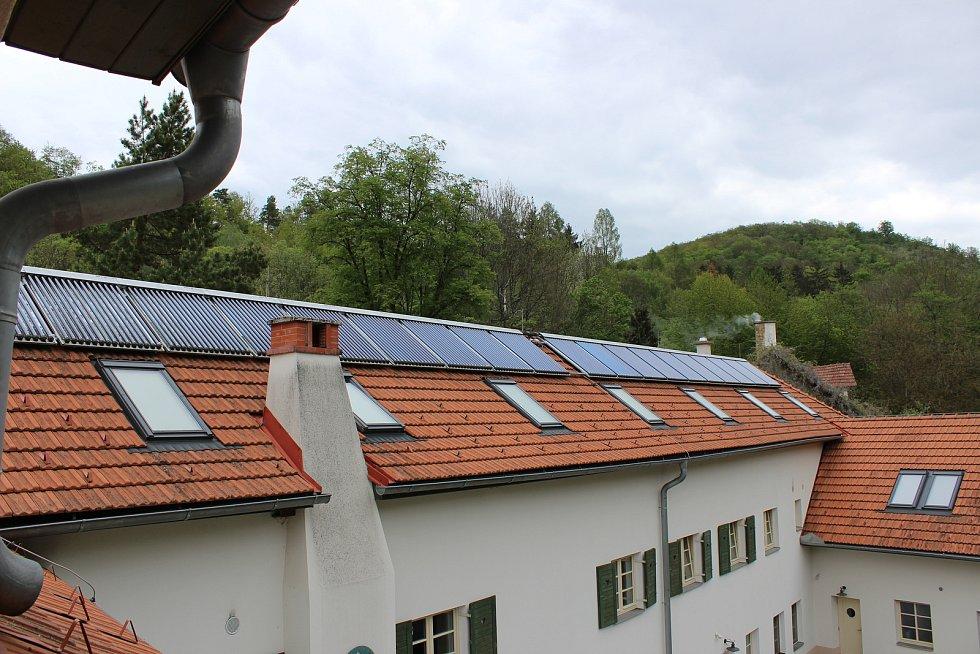 Část energetické spotřeby Kaprálova mlýna zvládnou pokrýt sluneční panely na střechách.