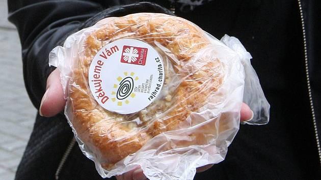 Dobrovolníci z Diecézní charity Brno prodávali sladké pečivo při dobročinné akci Koláč pro hospic.