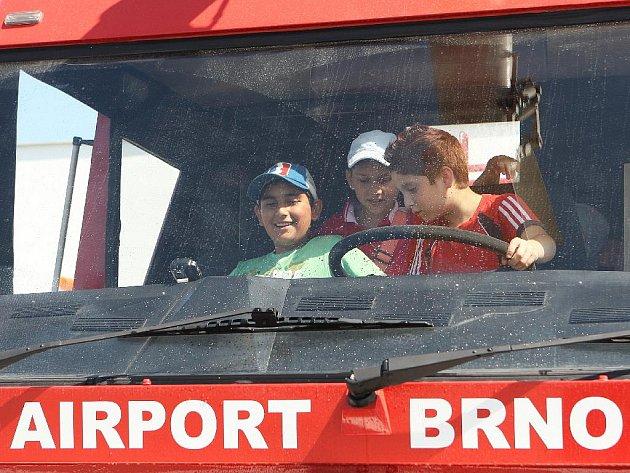Děti a policisté na letišti v Tuřanech.