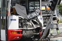 K nehodě s minimálně jedenácti zraněnými v úterý v poledne vyjíždělo šest sanitek záchranářů. Na křižovatce Hněvkovského a Kaštanová se srazil autobus s kamionem.