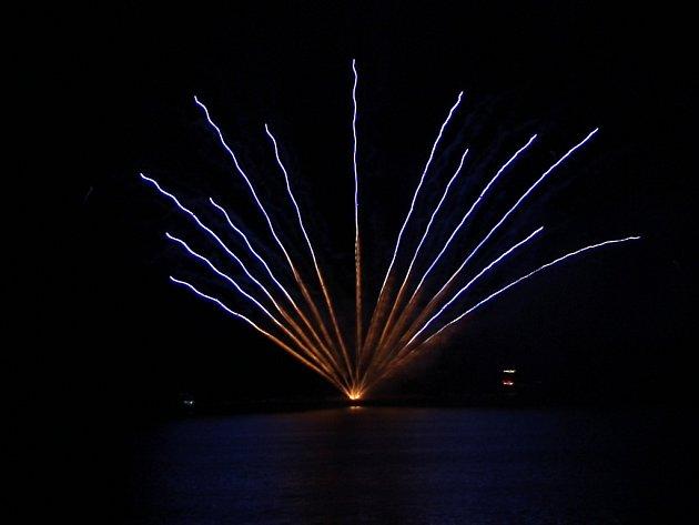 Čtrvtý soutěžní ohňostroj nad brněnskou přehradou - Francie.