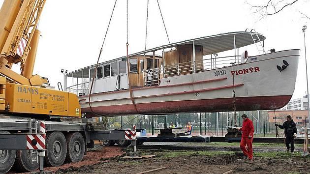 Stěhování lodi Pionýr.