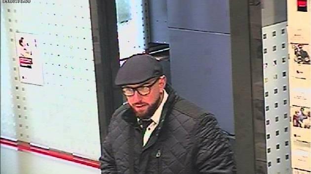 Policisté vyzývají lidi, kteří muže na snímku poznávají, aby se ozvali na linku 158.