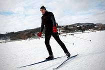 V dálnici pokrytou místo asfaltem sněhem se i o tomto víkendu proměnila Brněnská přehrada. Na zamrzlou vodní plochu se vydávají stovky Brňanů.