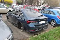 Zloděj si odnesl čtyři hliníková kola i s novými pneumatikami.