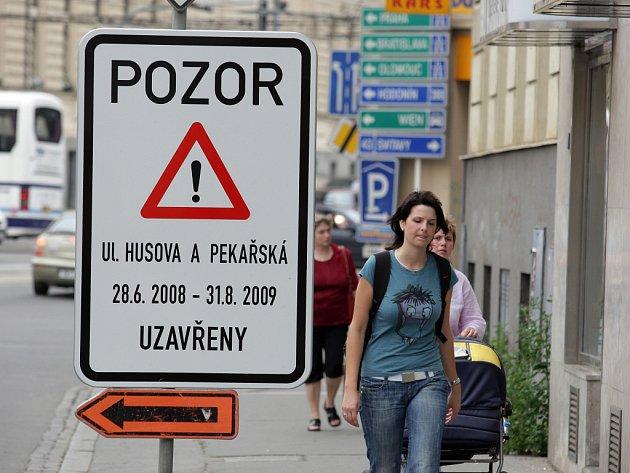 Uzavírka Husovy ulice.