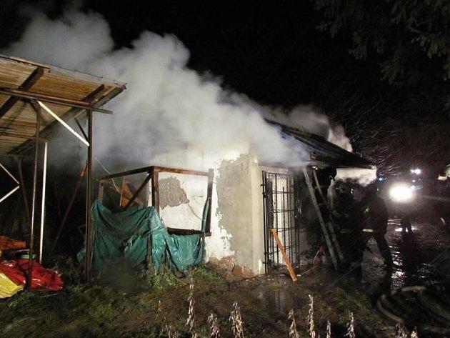 Hasiči zasahující u požáru chatky ve Vojkovicích na Brněnsku našli uvnitř mrtvého muže.