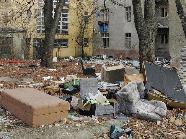 Vranovská ulice je plná odpadků. Lidé se tudy bojí chodit.