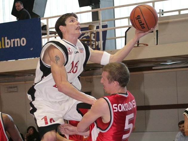 Pavel Slezák se prosazuje přes kapitána Nymburka Ladislava Sokolovského, svého budoucího spoluhráče.