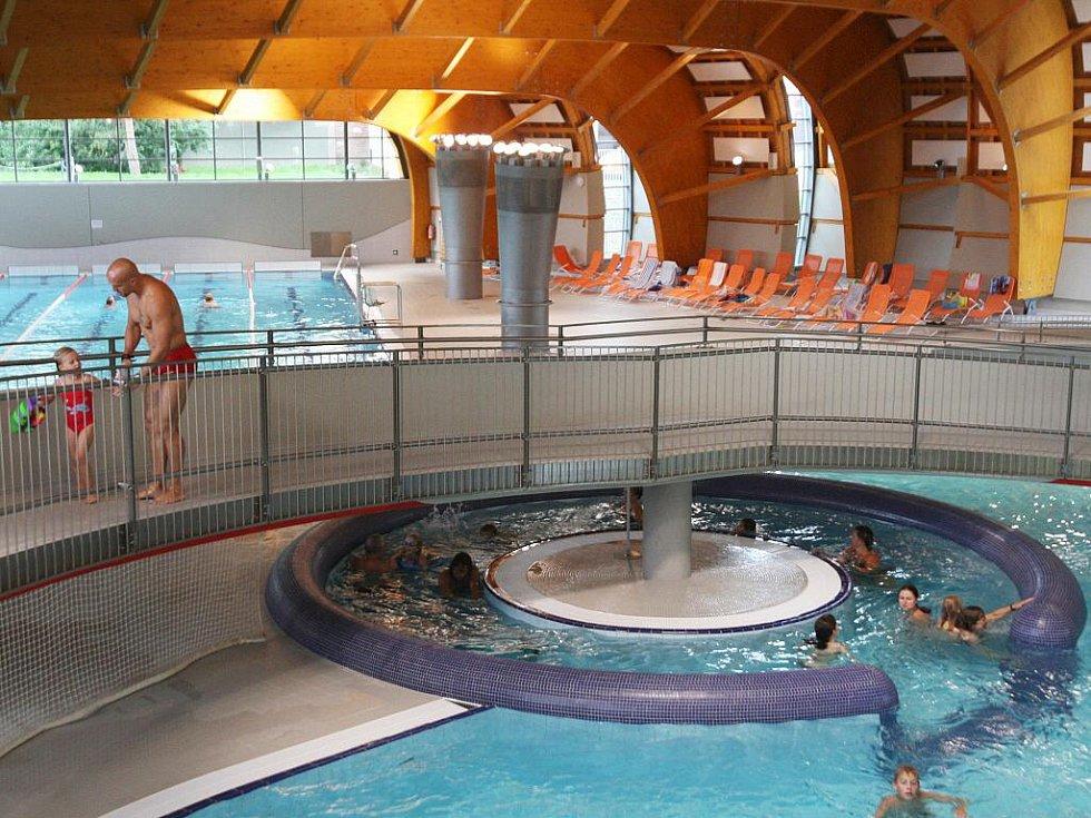 Lidem vadí velké kaluže, které se tvoří u bazénů. Město řeší, jestli se musí dodělat další odtokový kanál.