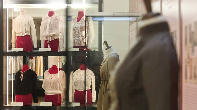 Jako růže. Výstavu dobové módy v muzeu zdobí i blůza manželky Karla Absolona