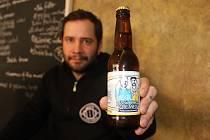 Jan Němeček z Brna vaří s kamarádem pivo, vlastní dva podniky v Brně, kde se pivo čepuje, a také hraje na kytaru v kapele Supertesla.