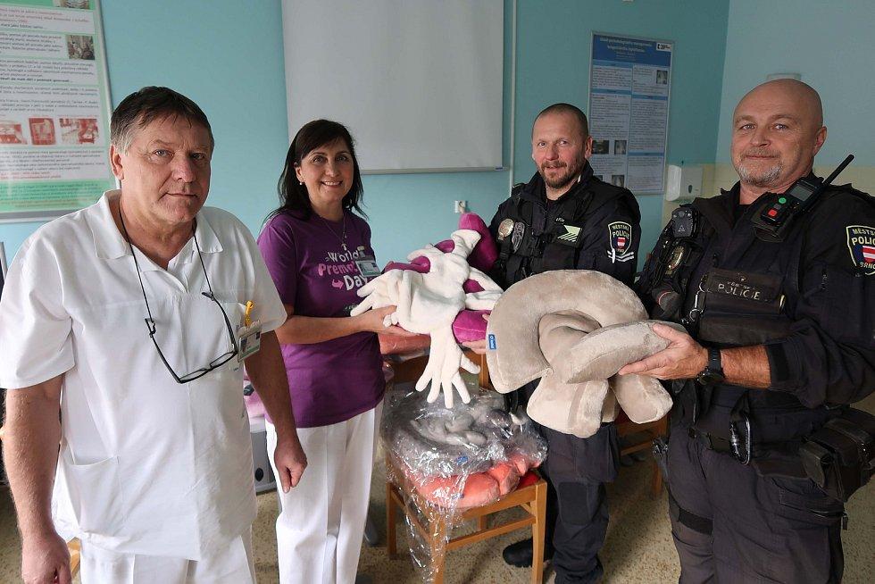 Brněnští strážníci pořídili speciální pelíšky pro předčasně narozené děti. Vybavení předali porodnici Fakultní nemocnice Brno.