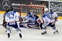 Domácí HC Kometa Brno v bílém (Karel Vejmelka) proti HC Litvínov.