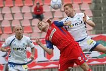 Fotbalista Zbrojovky Kalabiška (v červeném).