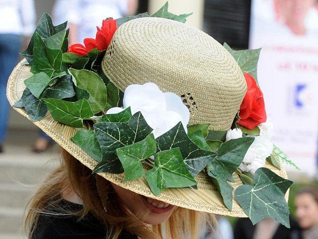 Čtvrtý ročník Kloboukového vítání jara v brněnských Denisových sadech.