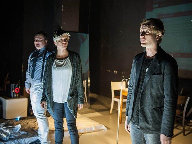 Inscenace iPlay divákům nabídne sto aplikací pro život. Na snímcích herci Martin Siničák, Tomáš Jeřábek a Dana Poláková.