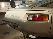Porsche 928 navržené Jiřím Kuhnertem zaparkovalo v Uměleckoprůmyslovém muzeu spolu s jeho kresbami.