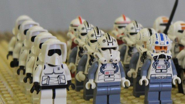 Vlaky, tanky i postavy z Hvězdných válek. 200 modelů z Lega zaplnilo gymnázium