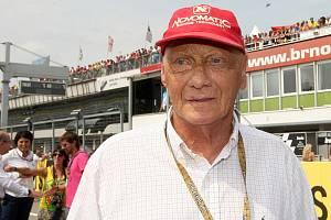 """Na Masarykově okruhu si zazávodilo devět šampionů formule 1. Jedním z nich byl v roce 1970 také ikonický Niki Lauda, jenž skončil v závodě formule 3 druhý. """"Mezi útesy z rodinných domků jsem se děsil, že skončím u nějaké hospodyňky v kuchyni,"""" řekl."""