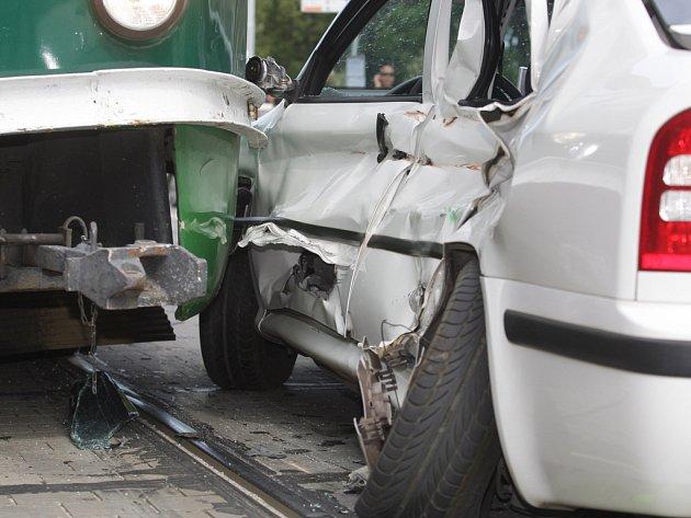Nehoda tramvaje a auta - ilustrační fotografie.