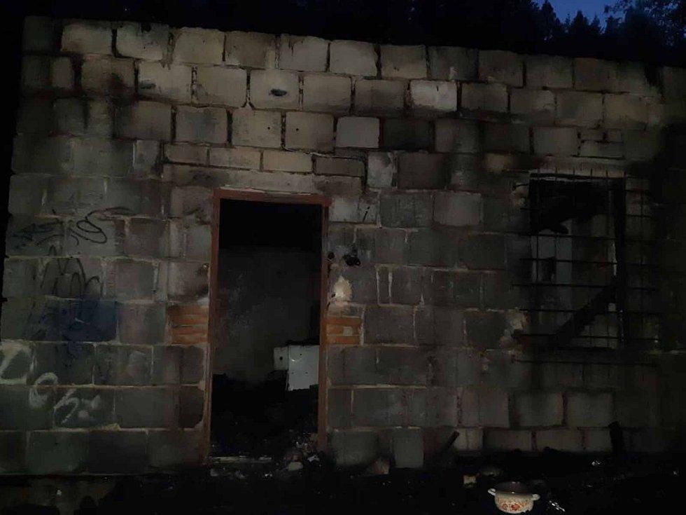 V neobývaném drážním domku na začátku září uhořeli čtyři psi