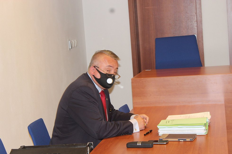 U Městského soud v Brně v pondělí pokračoval spor bývalého radního Brna-středu Svatopluka Bartíka a prezidenta Miloše Zemana. O něm Bartík napsal, že má rakovinu a že brzy zemře. Zeman žádá omluvu a odškodnění pět milionů.