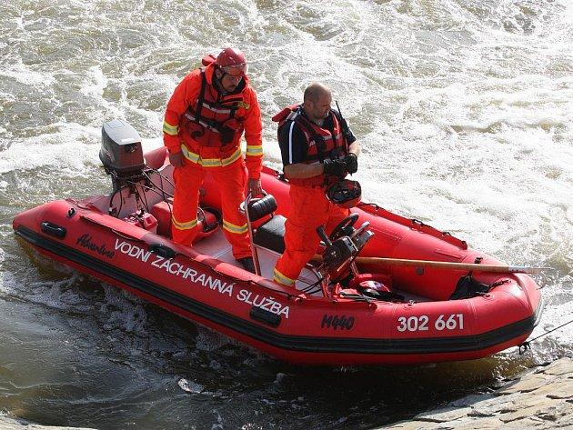 Záchranáři hledají chlapce, který zmizel v jezu u Rajhradu.