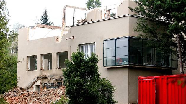 Z vily toho mnoho nezbylo. Statici při rekonstrukci zjistili, že jí chybí základy.