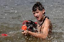 Suché nás nedostanou, ozývalo se v sobotu odpoledne z pláže Šipka na Brněnské přehradě.