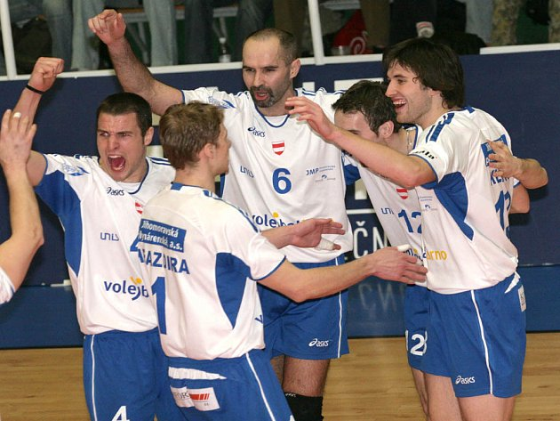 Brněnští volejbalisté se radují z postupu do semifinále.