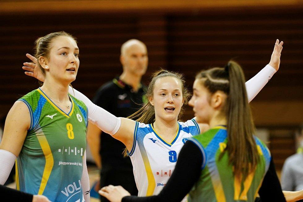 Volejbalistky KP Brno (vlevo Denisa Pavlíková) se radují ze zisku míče.