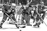 CENNÁ VÝHRA. Brněnský útočník Josef Černý (vlevo) na olympiádě v Grenoblu 1968 v utkání se Sovětským svazem před brankářem Viktorem Konovalenkem.