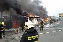 Půl milionová škoda a jeden zraněný člověk. To je výsledek nedělního požáru pneumatik v depu bývalého brněnského Masarykova okruhu v Jihlavské ulici.