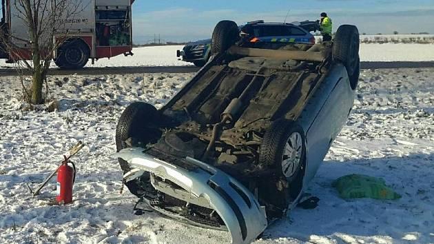 Dozvuky sněžení u Brna: dvě desítky nehod. Auto na střeše a dodávka na boku
