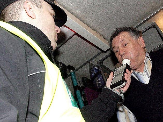 Policisté kontrolovali řidiče autobusů.