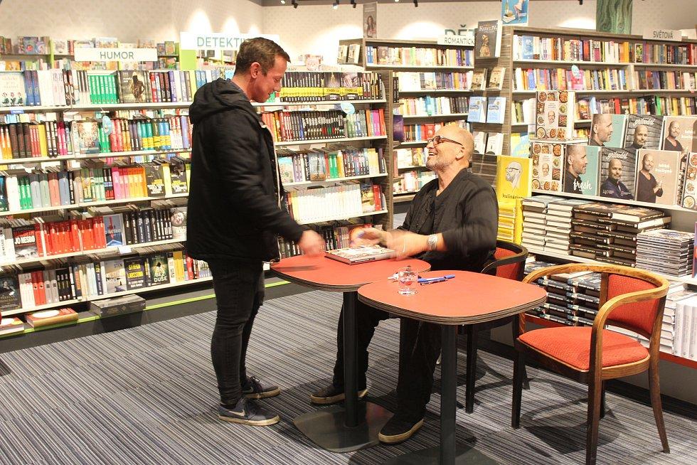 Známý kuchař Zdeněk Pohlreich v Brně představil svoji novou knihu receptů Taková normální kuchařka a desítkám zájemců rozdal podpisy.