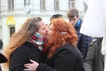 Na svatého Valentýna se na brněnském náměstí Svobody sešli členové LGBT komunity, tedy zastánci práv homosexuálů, bisexuálů a transsexuálů. Podepisovali petici i uzavírali sňatky.