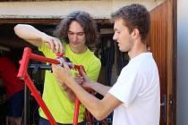 Mladíci z Brna Ondřej Dygas a Matyáš Dobeš dávají starým kolům nový život.