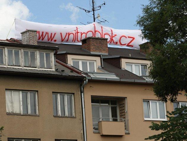 Obyvatelé z okolí Soukenické ulice bojují proti zastavění vnitrobloku. Zda se jim podaří zachovat zahrady, rozhodne město.