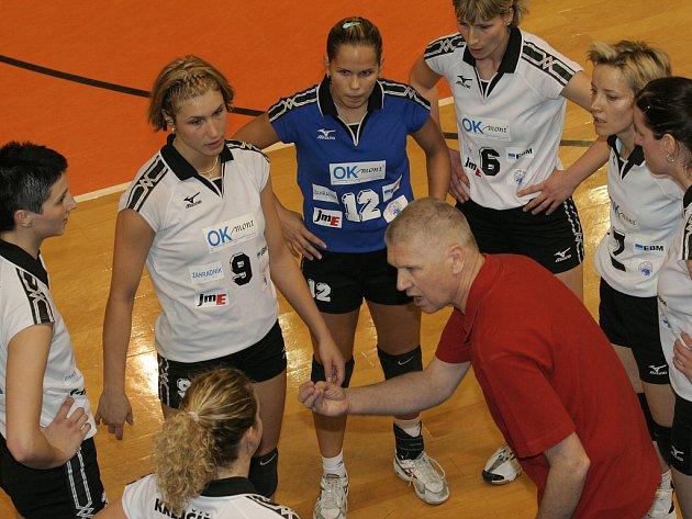 Trenér Miroslav Čada v kruhu volejbalistek KP Brno.