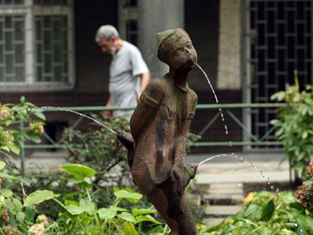 Zapomenutá socha čurajícího chlapečka konkuruje známější z Bruselu.