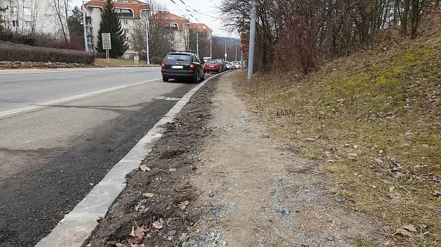 Nezpevněná cesta na Libušině třídě v brněnských Kohoutovicích, místo které chtějí obyvatelé Talichovy ulice chodník.