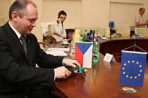 Hejtman Michal Hašek ukázal na tiskové konferenci připravené dárky pro ministry zemědělství EÚ, kteří budou jednat na jižní Moravě.