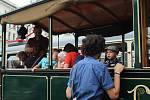 Dlouhé zástupy historických vozidel hromadné dopravy a ještě dělší fronty na jejich prohlídku zaplnily v sobotu na Den dopravní nostalgie náměstí Svobody i nedalekou Brandlovu ulici. Vozy odjely v poledne směrem k medlánecké vozovně.