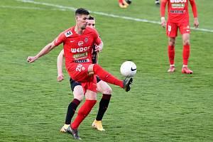 Fotbalisté Zbrojovky Brno (v červeném Adrián Čermák) vduelu 25.kola FORTUNA:LIGY získali bod smistrovskou Slavií Praha, na domácím trávníku remizovali 0:0.