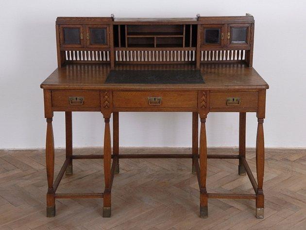 Mezi zakoupeným nábytkem  z dílny Dušana Sama Jurkoviče je také dubový pracovní stůl