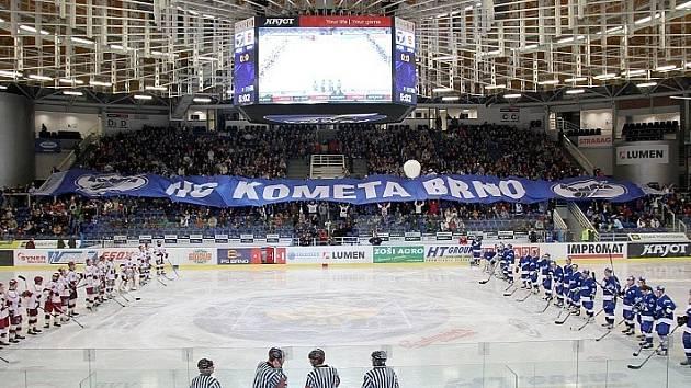 Šedesát metrů dlouhá šála v tradiční kombinaci modré a bílé barvy se znaky Komety je zapsaná v České knize rekordů.